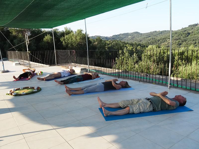 Yoga draußen auf der Terrasse – entspannen