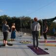 Yoga draußen auf der Terrasse